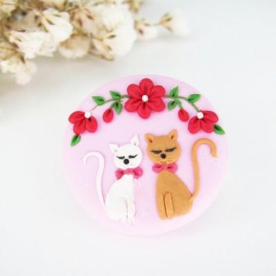 Broșă cu pisici